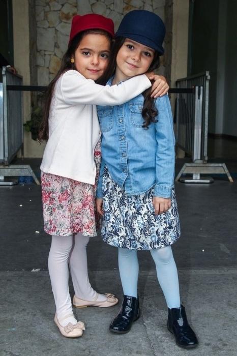 1.mai.2015 - Isabella e Helena, filhas do cantor Luciano, posam para os fotógrafos na entrada do espetáculo
