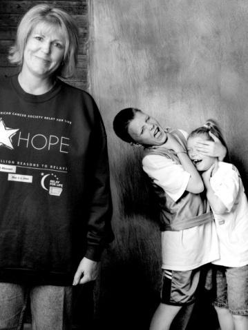 """2.jun.2015 - """"Quer lidando com o câncer ou com outra doença grave, com o divórcio, a perda de seu trabalho, sonhos não realizados, vícios, doença mental ou um trágico acidente, todos nós lidamos com algo. Então, ver pessoas que irradiam esperança, amor, vida, força e alegria, bem no meio dessa batalha, é inspirador e bem poderoso. No fim, estamos todos no mesmo barco e precisamos desta mensagem"""", afirmou Bacon em entrevista ao Huffington Post"""