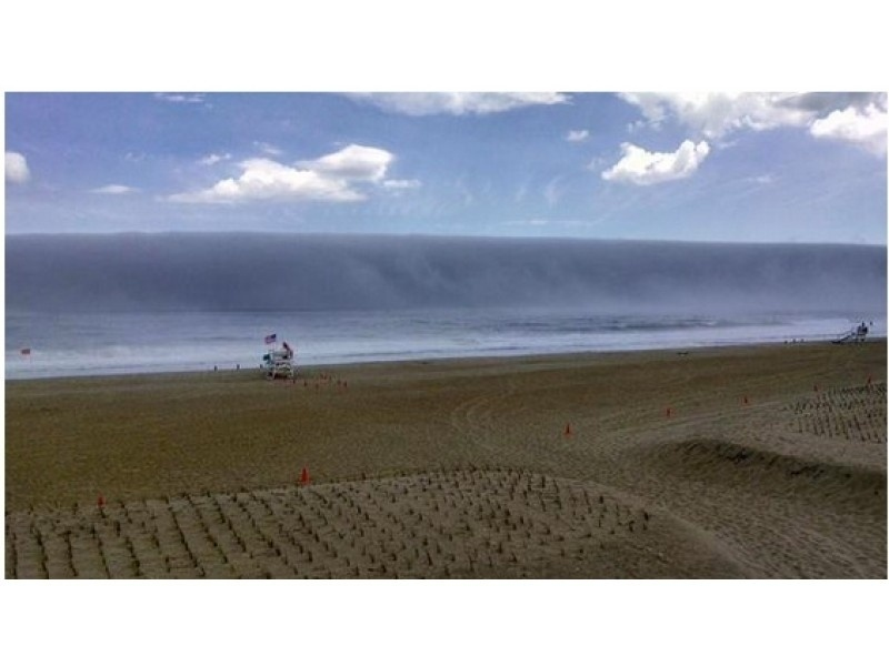 """3.jun.2015 - Uma foto tirada por um capitão da da guarda costeira do distrito de Sea Girt, no estado de Nova Jersey, repercutiu nas redes sociais. A imagem, que faz parecer que uma onda gigante está prestes a atingir a costa americana, na verdade é uma intensa neblina que pairou sobre o oceano, dando este efeito à foto.  De acordo com o escritório do Serviço Nacional do Clima dos Estados Unidos (NWS) em Mount Holly, Nova Jersey, a neblina foi formada pelo """"ar quente condensando-se sobre a água fria do oceano"""""""