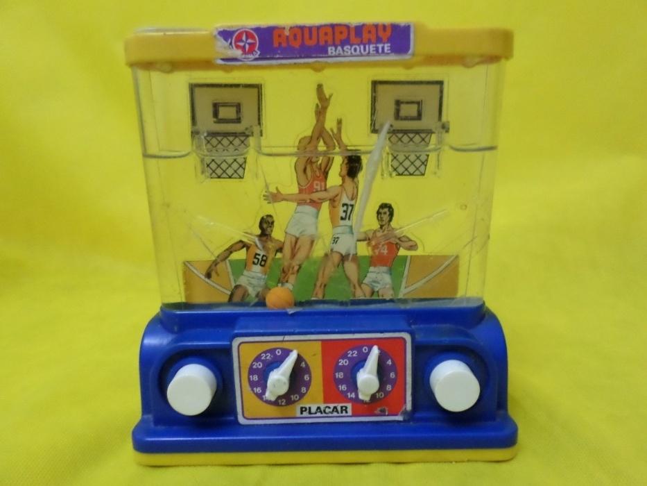 2. Aquaplay fez sucesso na década de 1980. Era um brinquedo com um recipiente onde era colocada água e, através de botões que injetavam ar, os jogadores precisavam acertar as bolas nos cestos, na versão basquete ou os anéis em seus suportes, na versão de argolas