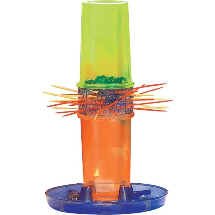 20. Cai-Não-Cai era um tubo com varetas atravessadas, que tinham bolinhas de gude em cima, e os jogadores precisavam retirar as varetas sem deixar cair as bolinhas. Quem deixasse cair era eliminado