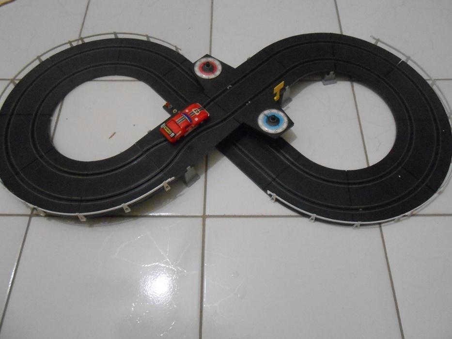 25. Autorama era um brinquedo com pistas e carrinhos, que criava competições entre os garotos na década de 80 e 90