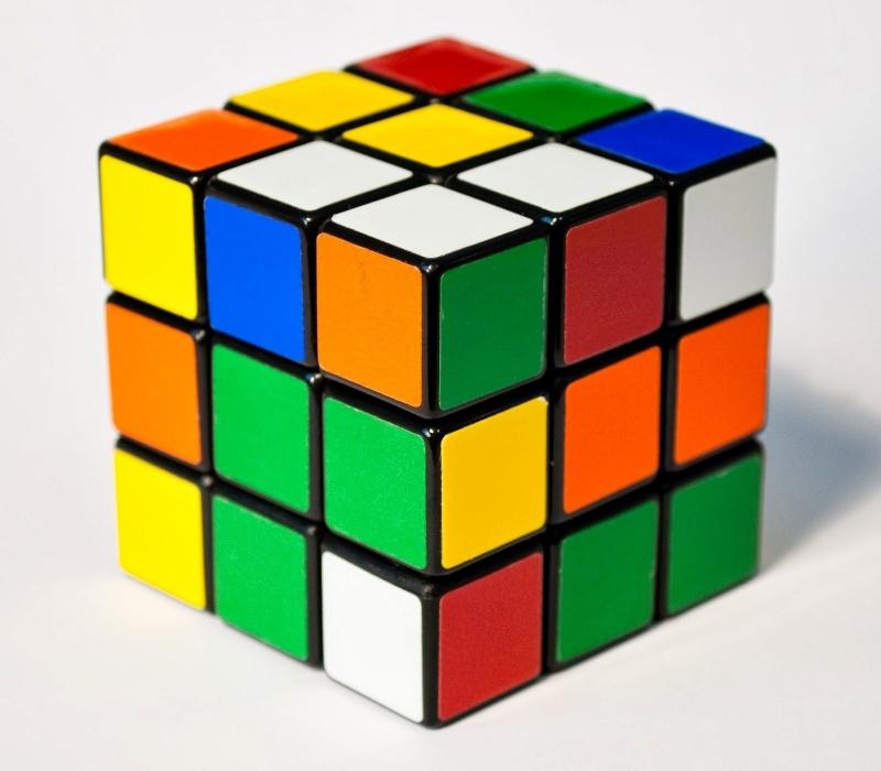 30. Cubo mágico foi criado em 1974 e funcionava como um quebra cabeça onde o jogador precisava fazer cada lado do cubo ficar de uma só cor