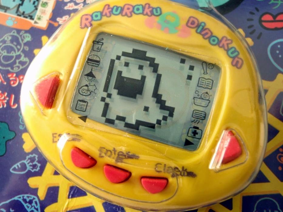 9. O Bichinho Virtual, ou Tamagoochi, fez sucesso no final dos anos 90 e era um pequeno chaveiro, que se comportava como um bichinho e que as crianças deviam cuidar, alimentar, dar banho, levar para passear, para que o bichinho não morresse
