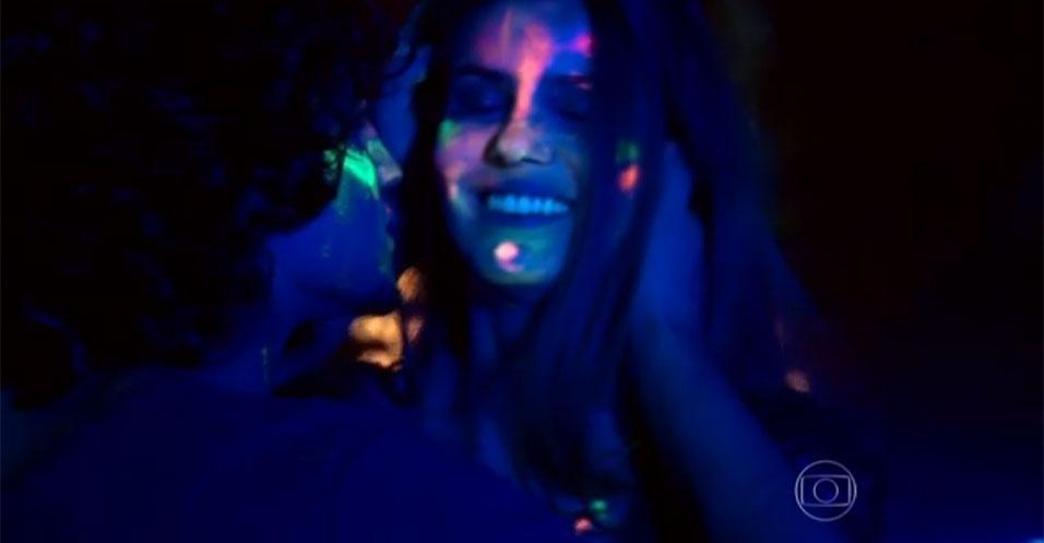 """9.jun.2015 - O clima começou com muito mistério e sedução entre Arlete (Camila Queiroz) e o galanteador Guilherme (Gabriel Leone), em """"Verdades Secretas"""". A jovem, que adotou o nome Angel para trabalhar como modelo, está se rendendo às investidas do colega de escola. No episódio desta terça-feira (9), os dois se entregaram ao clima de romance durante uma festa na casa da patricinha Giovanna (Agatha Moreira)"""