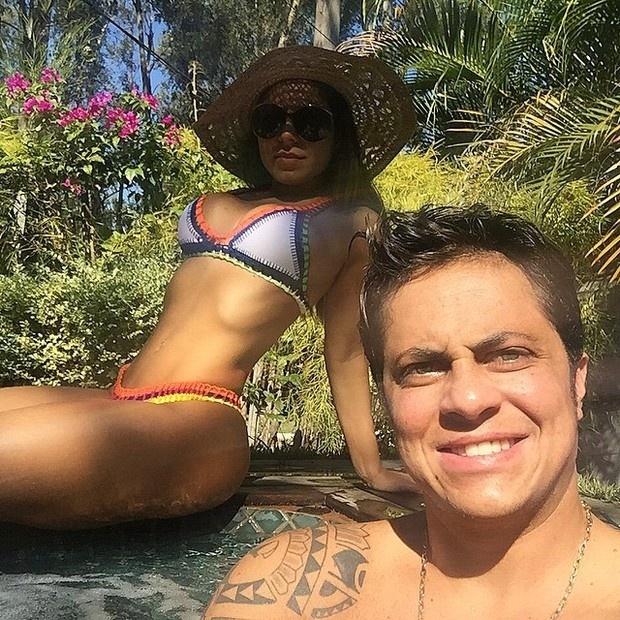 """13.jun.2015 - Sem camisa, Thammy Miranda postou fotos curtindo o sábado de sol na piscina ao lado da namorada, a modelo Andressa Ferreira. """"Obrigado senhor pelo dia de hoje!"""", escreveu o ator na legenda das fotos postadas em sua conta no Instagram"""