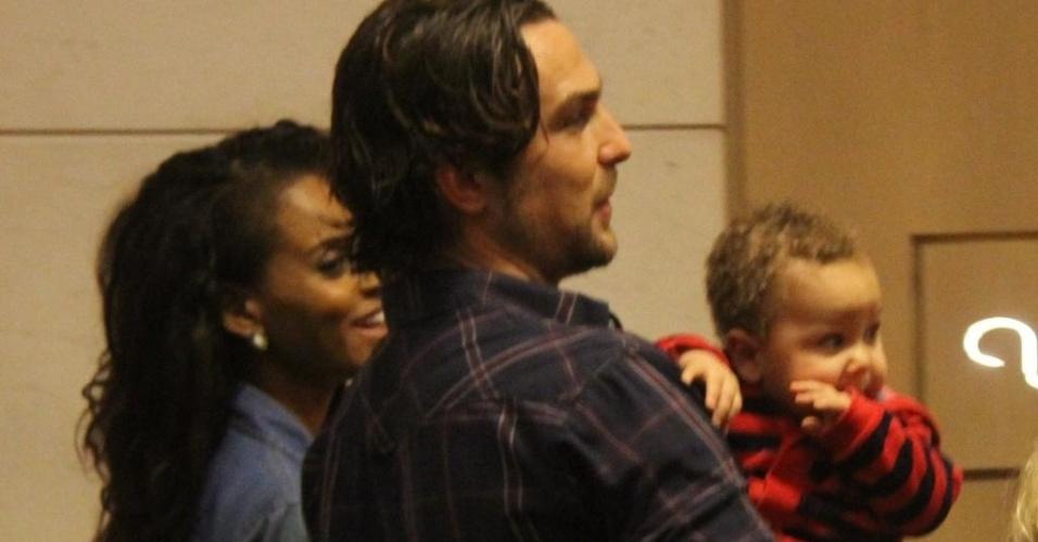 14.jun.2015 - Aline Wirley - ex-Rouge - e o ator Igor Rickli foram fotografados em um momento família no último sábado (13) em um shopping no Rio de Janeiro. O paizão não largou o pequeno Antônio do colo durante o passeio! O garotinho tem 9 meses