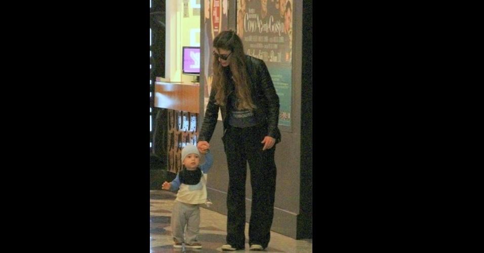 16.jun.2015 - A mamãe famosa Alinne Moraes foi vista fazendo compras com o filho, Pedro, de 1 ano, e o marido, Mario Lima. O garotinho curtiu o passeio no colo da mamãe e também aproveitou para dar alguns passinhos segurando na mão de Alinne