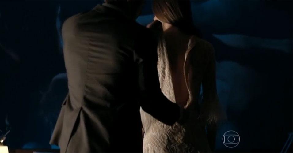 """16.jun.2015 - A primeira noite de Angel (Camila Queiroz) com Alex (Rodrigo Lombardi) começou meio tensa. A modelo de 16 anos não queria ir para a cama com o empresário quarentão e se explicou: """"Eu nunca fiz isso!"""". Mas Alex usou seu charme e experiência para conquistar a jovem. Primeiro, ela a chamou para conversar. Quando a garota já estava envolvido, Alex a agarrou e ela se rendeu aos encantos dele. Por fim, os dois protagonizaram cenas bem quentes"""