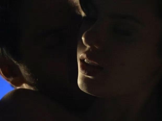 """16.jun.2015 - A primeira noite de Angel (Camila Queiroz) com Alex (Rodrigo Lombardi) começou meio tensa. A modelo de 16 anos não queria ir para a cama com o empresário quarentão e se explicou: """"Eu nunca fiz isso!"""". Mas Alex usou seu charme e experiência para conquistar a jovem. Primeiro, ela a chamou para conversar. Quando a garota já estava envolvida, Alex a agarrou, e ela se rendeu aos encantos dele"""