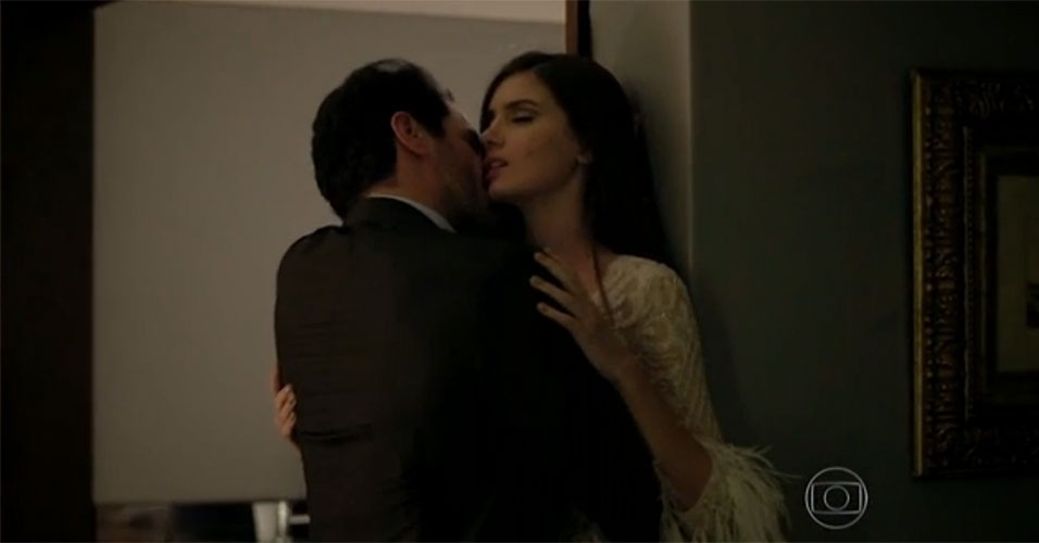 """16.jun.2015 - A primeira noite de Angel (Camila Queiroz) com Alex (Rodrigo Lombardi), na novela """"Verdades Secretas"""", começou meio tensa. A modelo de 16 anos não queria ir para a cama com o empresário quarentão e se explicou: """"Eu nunca fiz isso!"""". Mas Alex usou seu charme e experiência para conquistar a jovem. Primeiro, ela a chamou para conversar. Quando a garota já estava envolvida, Alex a agarrou, e ela se rendeu aos encantos dele"""