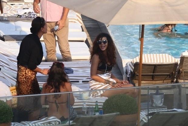 29.set.2015 - Com um biquíni transparente que cobre apenas os mamilos, a cantora Rihanna aproveitou uma tarde de sol em um hotel de luxo do Rio