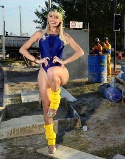 16.jun.2016 - Thalita Zampirolli posou sensual, de maiô azul, em obras da Rio-2016