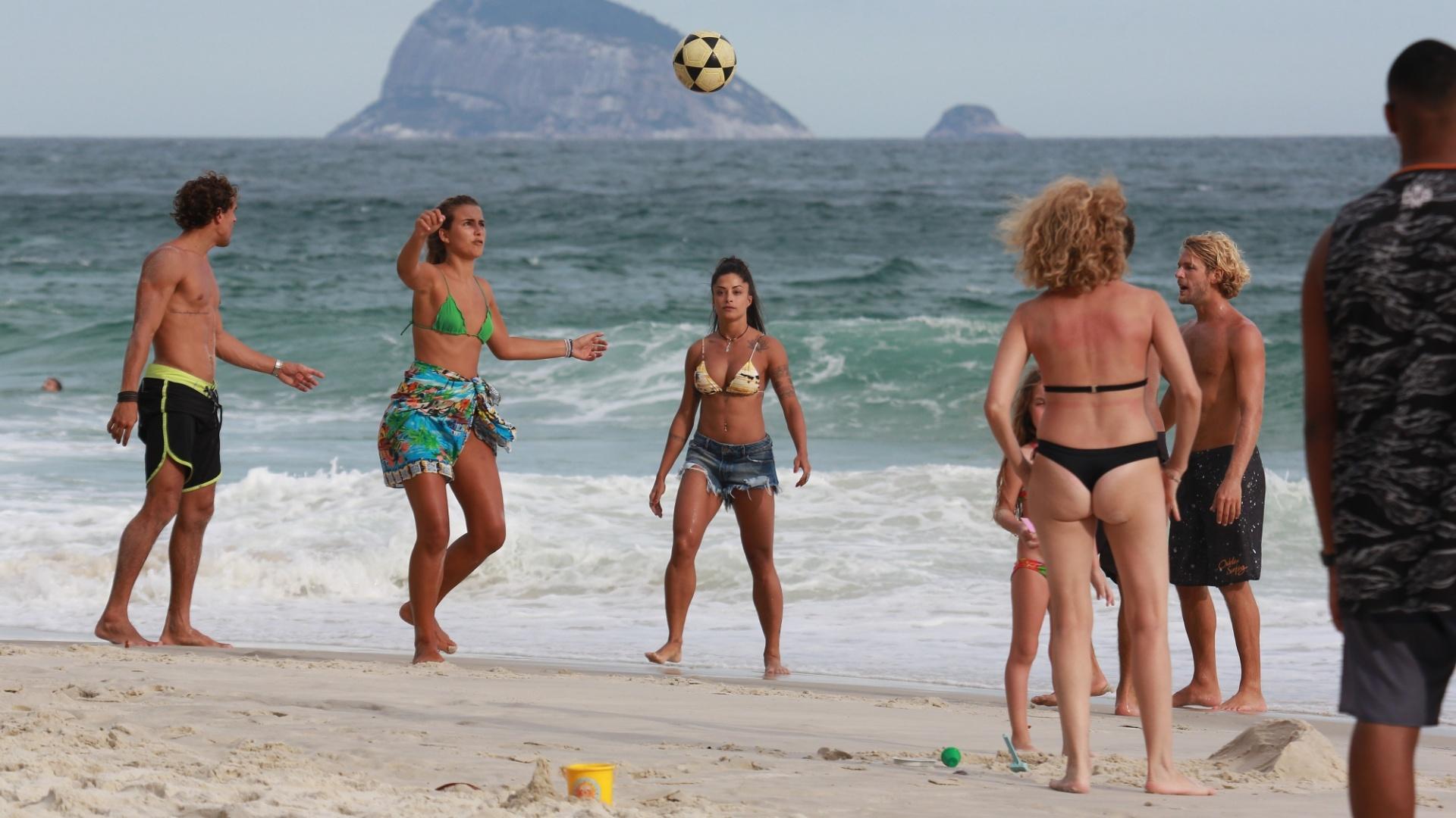 31.jan.2017 - Banhistas param para acompanhar roda de bola da dançarina Aline Riscado e amigos
