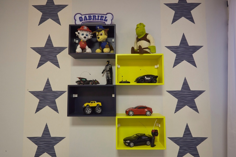 15.fev.2017 - Os poucos móveis sem porta no quarto são usados para exibir e guardar brinquedos