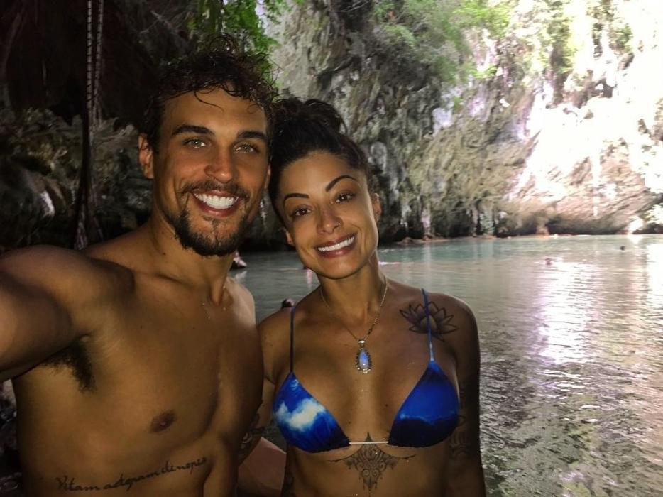 14.jun.2017 - Aline Riscado posa ao lado do namorado Felipe Roque em caverna próxima à praia de Railay, na Tailândia