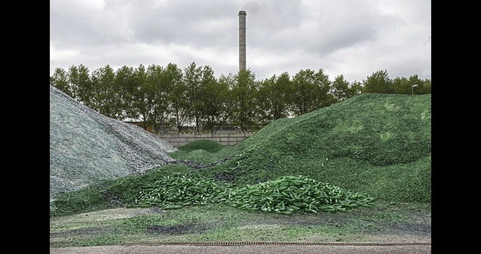 """1. O fotógrafo belga Paul Bulteel mostra sua preocupação com a reciclagem no lixo nesta série de imagens entitulada """"ciclo & reciclagem"""""""