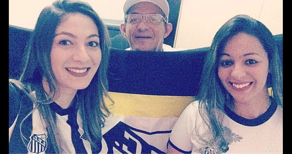 """Cristiane e Viviane, de Guarulhos (SP), homenageiam o papai Nelson: """"Pai lindo, santista de coração...  #Amamosmtoo"""""""