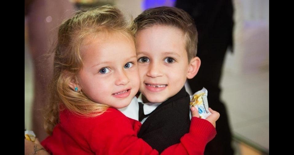 Carina Alves é a mamãe da Anna Laura, três anos, e do Victor, seis anos