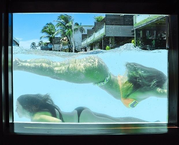 24.mar.2017 - Nicole Bahls faz graça nas piscina durante as férias em praia de Jericoacoara, no Ceará