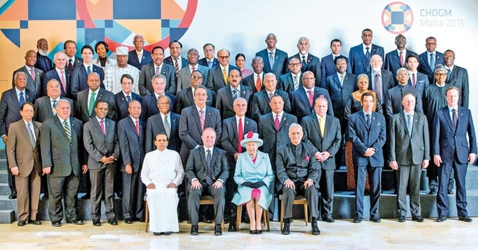 13. A rainha é líder da Comunidade Britânica Commonwealth, que reúne 53 países, a maioria ex-colônias britânicas, dentre eles estão a Austrália, a Nova Zelândia, Canadá, Bangladesh e o Reino Unido. Além disso, ela é patrona de mais de 600 organizações e instituições de caridade