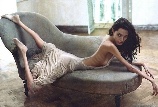 29.abr.2016 - Os sites Freaking News e Worth 1000 fizeram um concurso de Photoshop com o tema peso. A ideia era retratar, com imagens de famosos, uma doença vivenciada por milhares de pessoas no mundo: a anorexia. Na imagem, Angelina Jolie, por Gwenovich. Veja outras a seguir