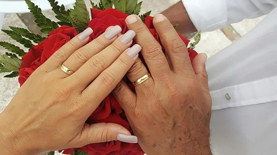 """11.dez.2016 - Kadu Moliterno compartilhou uma foto do casal com as alianças. """"Deposito meu coração junto ao seu, para fazer que o nosso seja um, maior e mais seguro"""", escreveu na legenda"""