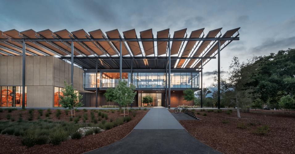 20.jan.2017 - Apesar de parecer a fachada de um escritório de arquitetura, o prédio da foto mostra a central de energia da Universidade de Stanford, na Califórnia. A estrutura utiliza tecnologias de última ponta em energias sustentáveis, em uma região afetada recentemente por uma crise energética