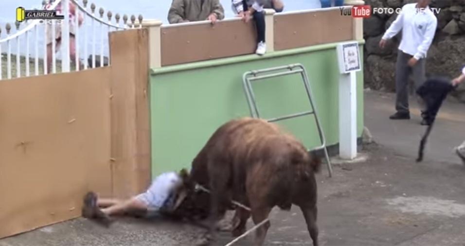 15.jun.2017 - Estatelado no chão após levar uma chifrada do touro, o homem ainda foi golpeado pelo animal diversas vezes