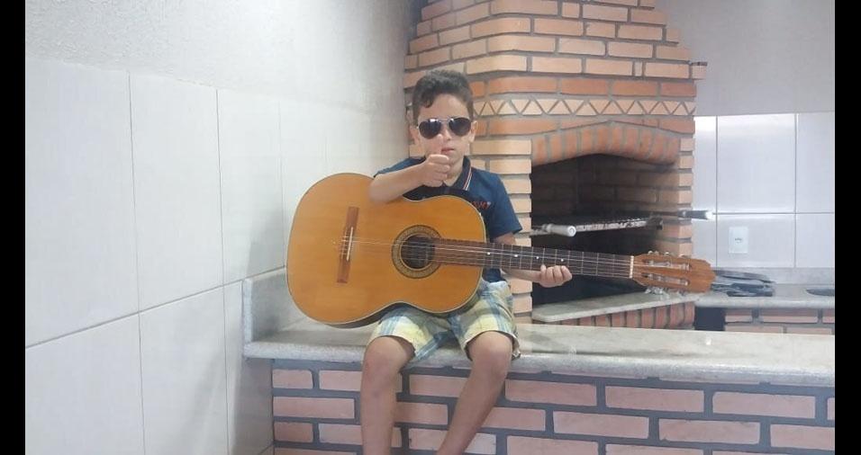 Ronaldo Adriano Viana, de Quatá, enfiou foto do Guilherme, com seu violão