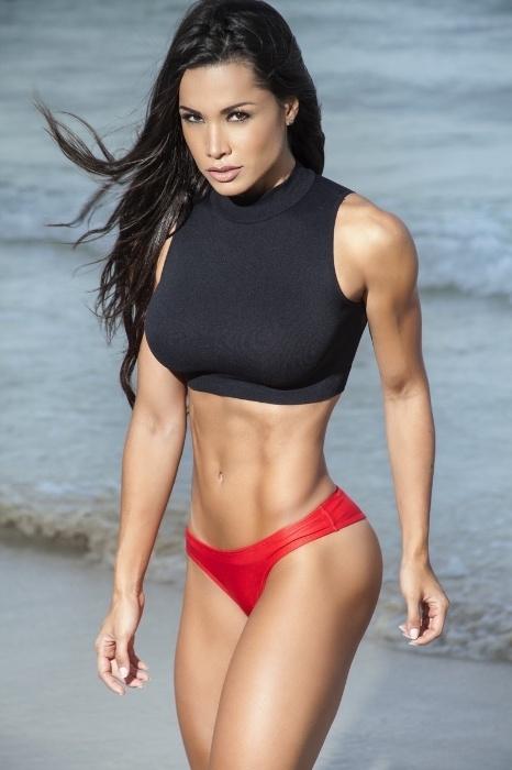 5.ago.2015 - A cintura fina da bailarina fica evidente em mais uma foto realizada em ensaio sensual em Miami
