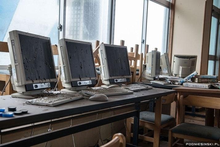 13.out.2015 - Escritórios foram tomados por pássaros que resolveram fazer suas necessidades mirando em diversos computadores