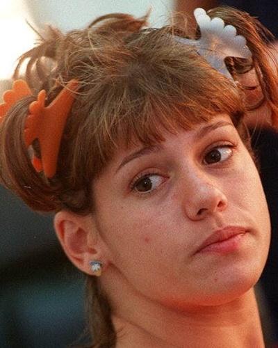 21.mar.1996 - Duas semanas após a morte do namorado Dinho no acidente aéreo que dizimou a banda Mamonas Assassinas, Valeria Zoppello faz uma sessão de fotos para a revista Capricho