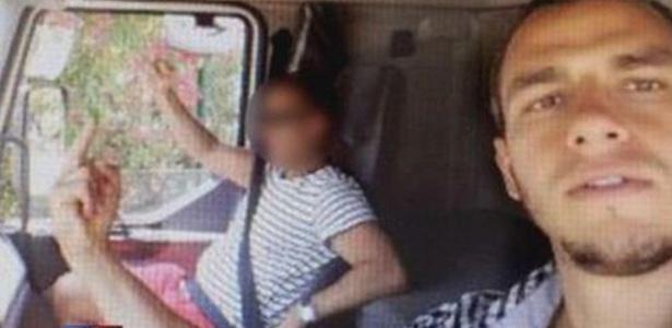 Mohamed Lahouaiej Bouhlel, autor do ataque em Nice, em foto tirada de dentro do caminhão utilizado no atentado