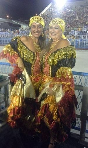Fabiana Ribeiro e Maria do Carmo Machado, que amam o samba, enviaram foto no carnaval carioca, na Marquês de Sapucaí