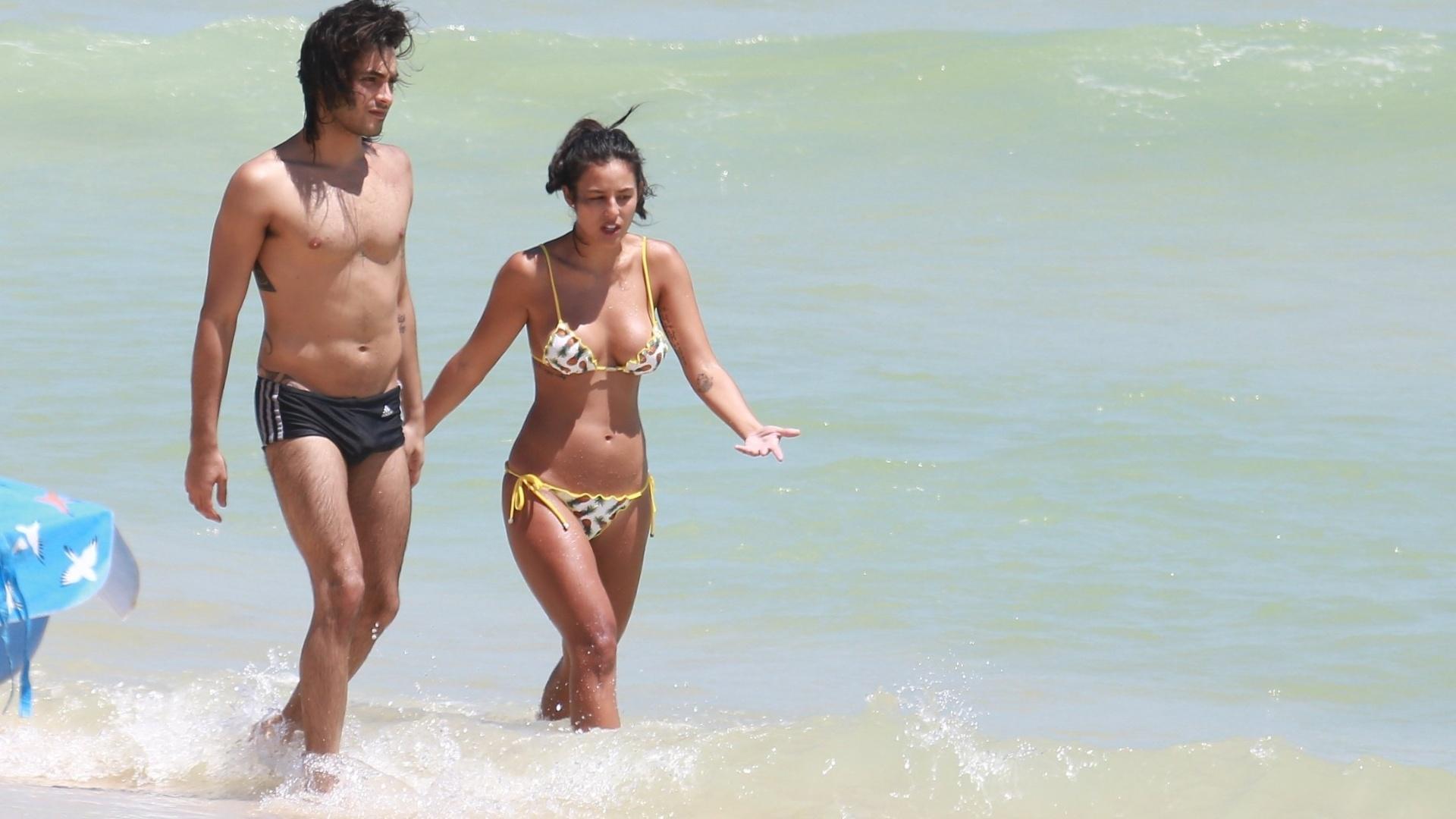 20.dez.2016 - Grávida do ator Bruno Gissoni, Yanna Lavigne estava acompanhada do cunhado, o também ator Rodrigo Simas