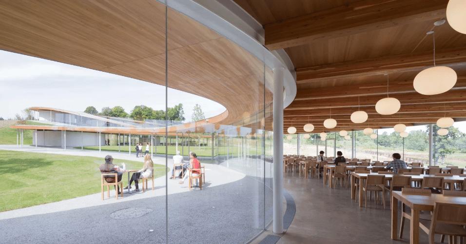 20.jan.2017 - Sob um único teto, diversos ambientes podem ser usados pelos visitantes, com serviços como biblioteca, teatro e sala de chá