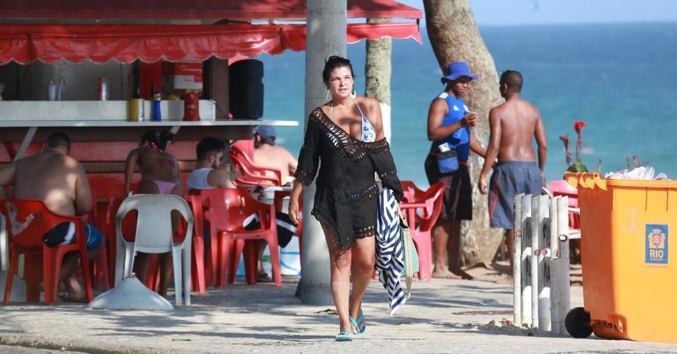30.jan.2017 - Aos 53 anos, a atriz Cristiana Oliveira mostrou que está em ótima forma e renovou o bronzeado na praia da Barra da Tijuca, no Rio de Janeiro