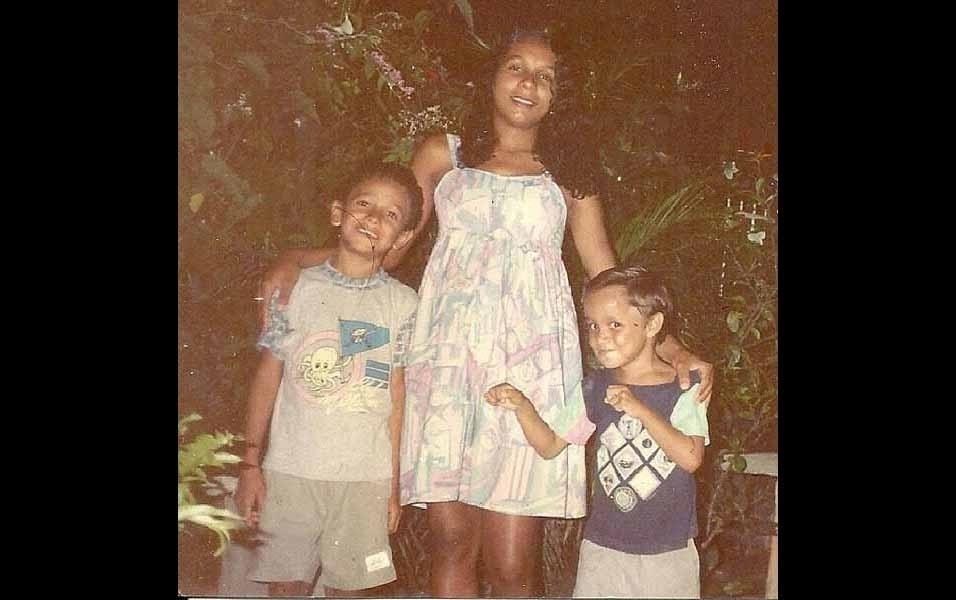 Felipe conta que, nesta foto tirada em 1996, estava com o irmão José Geraldo Espírito Santo Junior, na casa da tia Ozir, com a tia Adirana Karla, que estava grávida do Jairinho