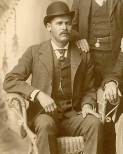 Sundance Kid era o codinome de Harry Alonzo Longabaugh, principal aliado de Butch Cassidy no mundo do crime. Especialista em assaltos a banco, a dupla era conhecida por não usar de violência nos roubos, preferindo a intimidação e negociação de forma fria e calculada