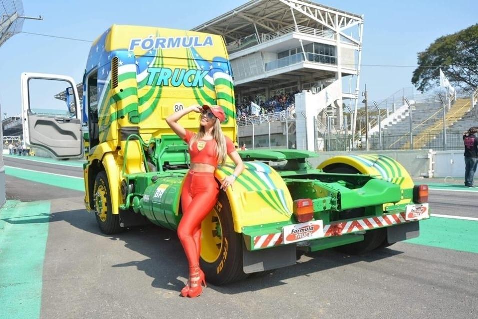 1ago2016---a-mulher-ferrari-tambem-falou-sobre-sua-paixao-pelo-automobilismo-a-beldade-revelou-que-seu-sonho-e-se-tornar-piloto-a-inspiracao-debora-rodrigues-unica-mulher-a-competir-na-formula-1470072506566_956x637.jpg