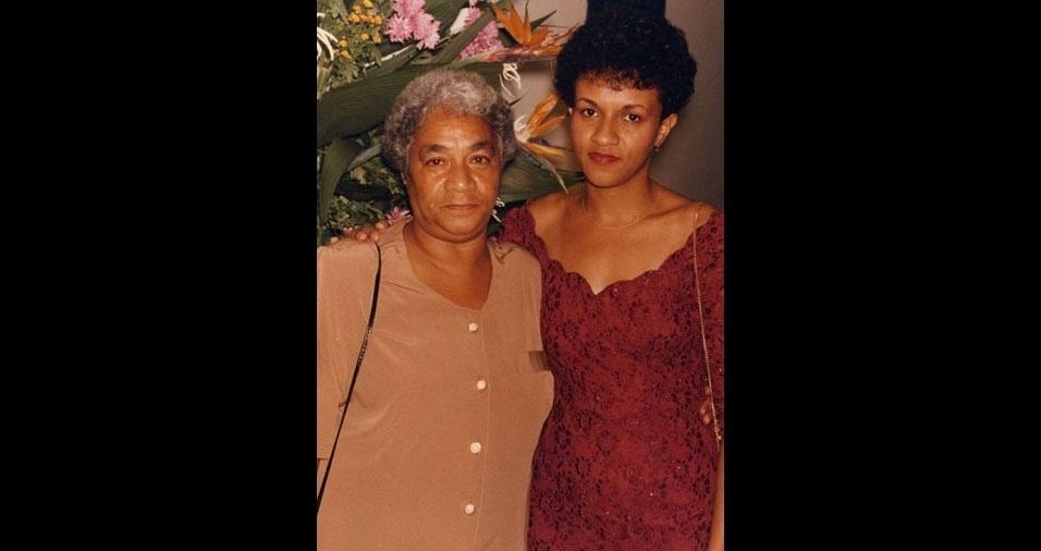 """Regiane Chan enviou foto com a mãe Abigail e conta: """"Estou muito emocionada em poder ter a oportunidade em participar desta homenagem ao Dia das Mães! Minha mãe era guerreira e graças a ela sou o que sou hoje! Amo onde estiver, a saudade é muita e o amor também."""""""