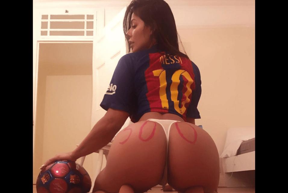 25.abr.2017 - Suzy Cortez veste camisa do Barcelona com o número e nome de Messi. O jogador argentino marcou contra o Real Madrid seu 500° gol como profissional, número que a modelo escreveu no bumbum