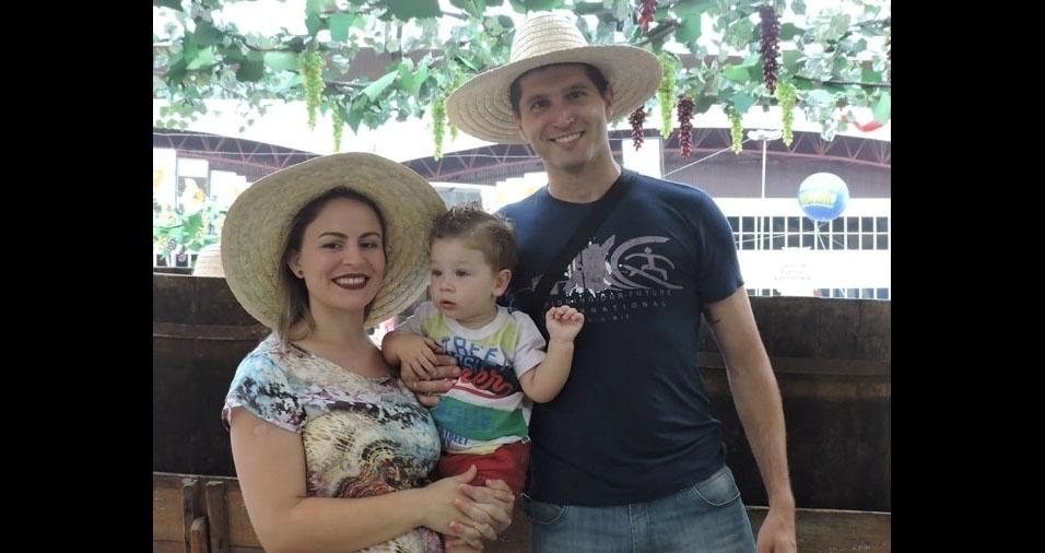 Murilo e o papai Marcelo fazem uma homenagem à mamãe Renata