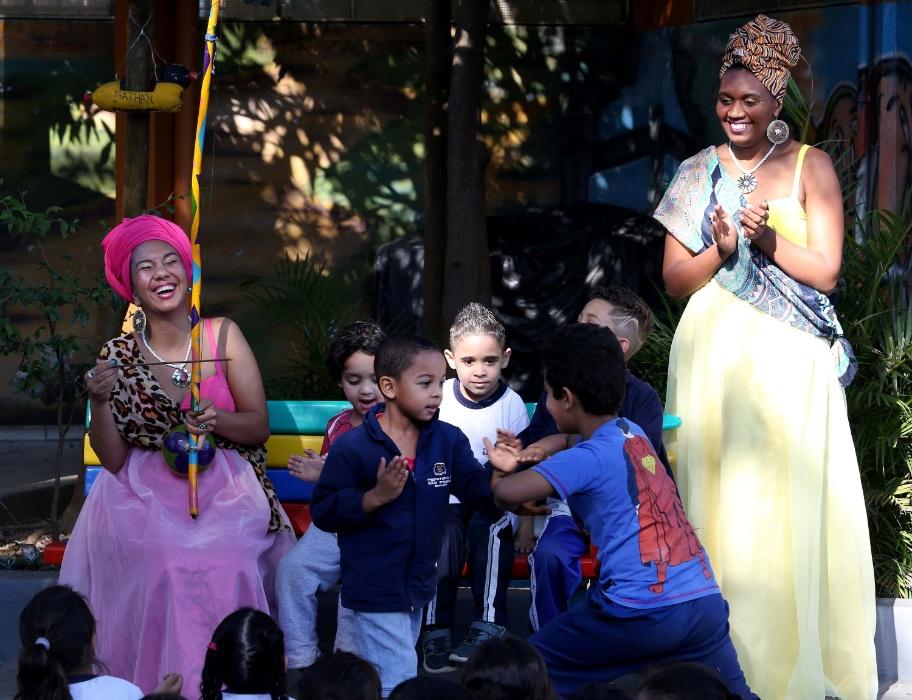 Crianças participam de performance e brincam de capoeira com as princesas guerreiras. Integrantes do projeto Adeola se divertem com a espontaneidade dos estudantes