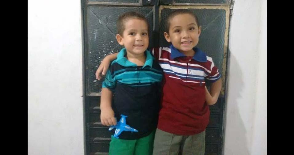 """Adriano e Amanda, de Maceió (AL), mandaram foto dos filhos Adryan Gabriel, de seis anos, e Angelus Miguel, de quatro anos. """"Nossos filhos são presentes de Deus em nossas vidas"""""""