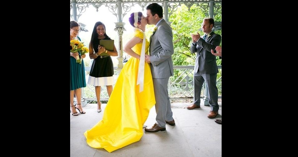 3. Além disso, o vestido de noiva não precisa ser necessariamente em um tom discreto. Se sua cerimônia foge de alguns padrões, aposte na cor que goste, mesmo que ela seja um amarelo bem chamativo