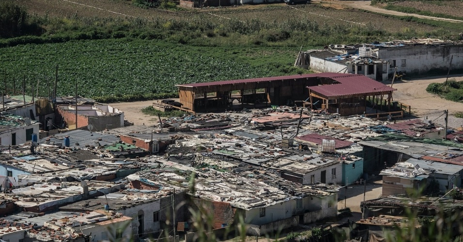 19.fev.2016 - Semelhante às favelas brasileiras, ocupação em Costa da Caparica, Portugal, tem mais de 30 anos