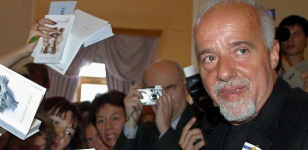 O escritor Paulo Coelho durante uma tarde de autógrafo - Reprodução/HTMLgiant