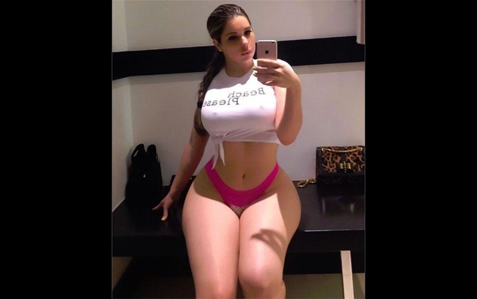 5.jul.2016 - Com um corpo tão volumoso, a cubana Kathy Ferreiro é alvo de controvérsia na web por duvidarem se suas fotos são reais, e não manipuladas com editores de imagem